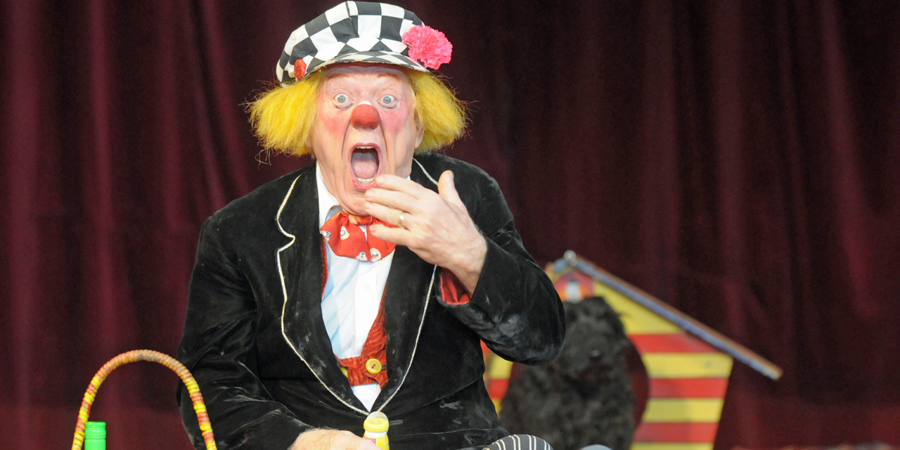 Picture taken on April 18, 2009 shows clown Oleg Popov performing at the Russian State Circus in Duesseldorf, western Germany. The legendary Soviet-era clown died at the age of 86, it was announced on November 3, 2016. / AFP PHOTO / dpa / Horst Ossinger / Germany OUT